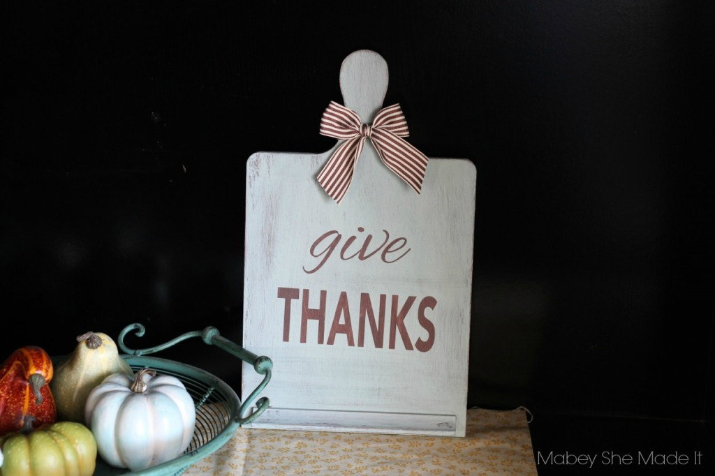 Give Thanks Board | Mabey She Made It for Made From Pinterest | #thanksgiving #thanks #recipeboard #thankful #vinyl