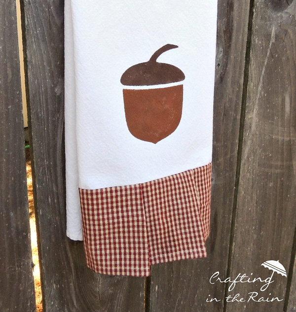 DIY Acorn Tea Towel by Crafting in the Rain | Mabey She Made It | #teatowel #stencil #frezerpaperstencil #fall #giftidea #autumn